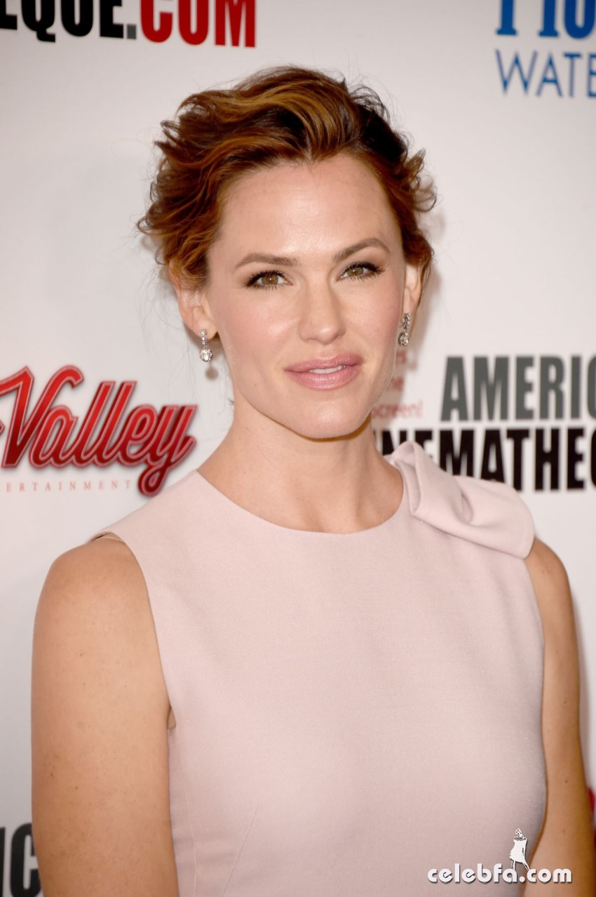 jennifer-garner-at-american-cinematheque-honors-reese-witherspoon (4)