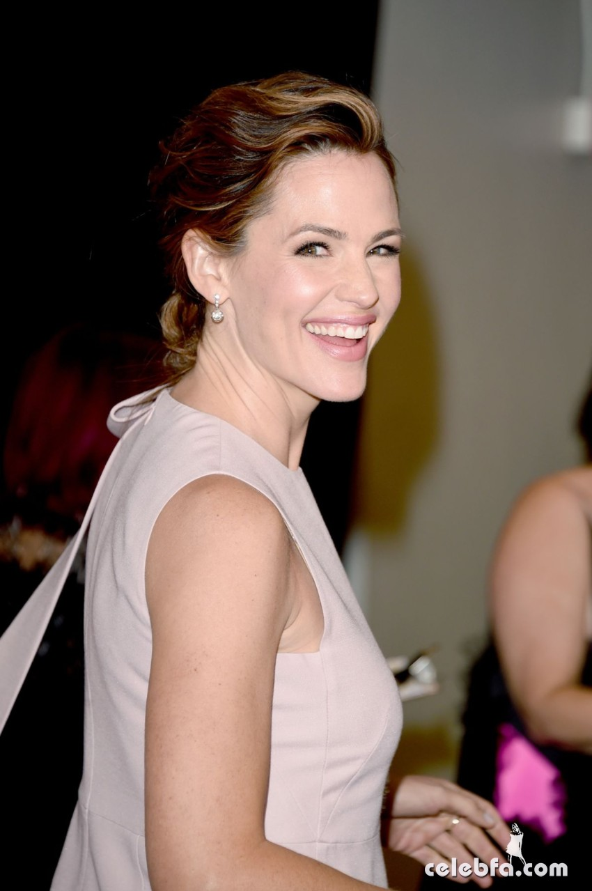 jennifer-garner-at-american-cinematheque-honors-reese-witherspoon (5)