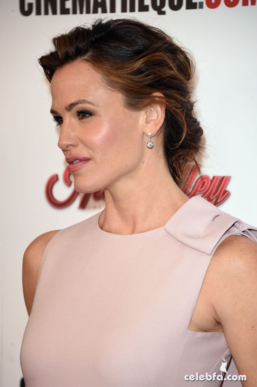 jennifer-garner-at-american-cinematheque-honors-reese-witherspoon (6)