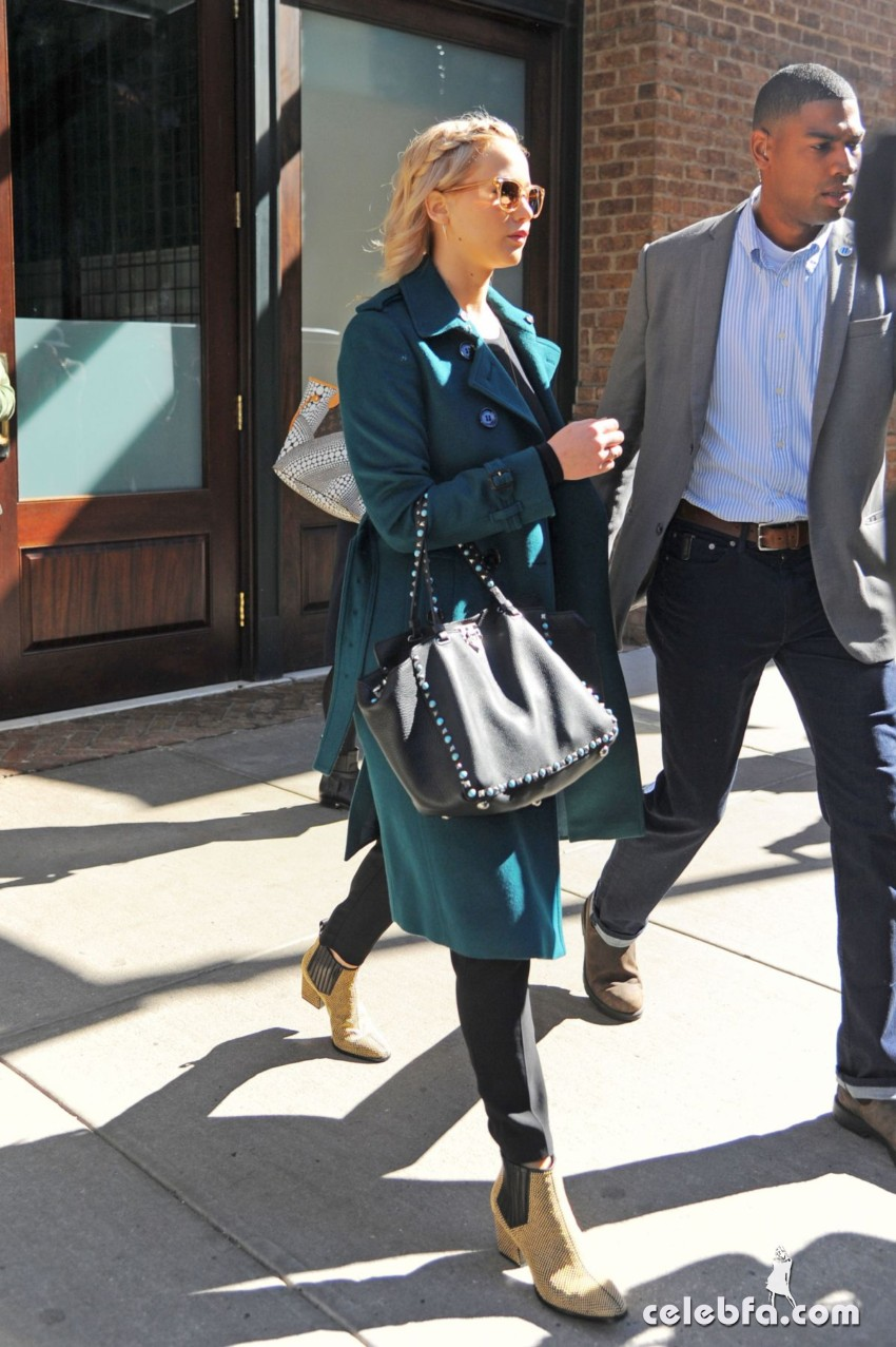 jennifer-lawrence-out-and-about-in-new-york (5)