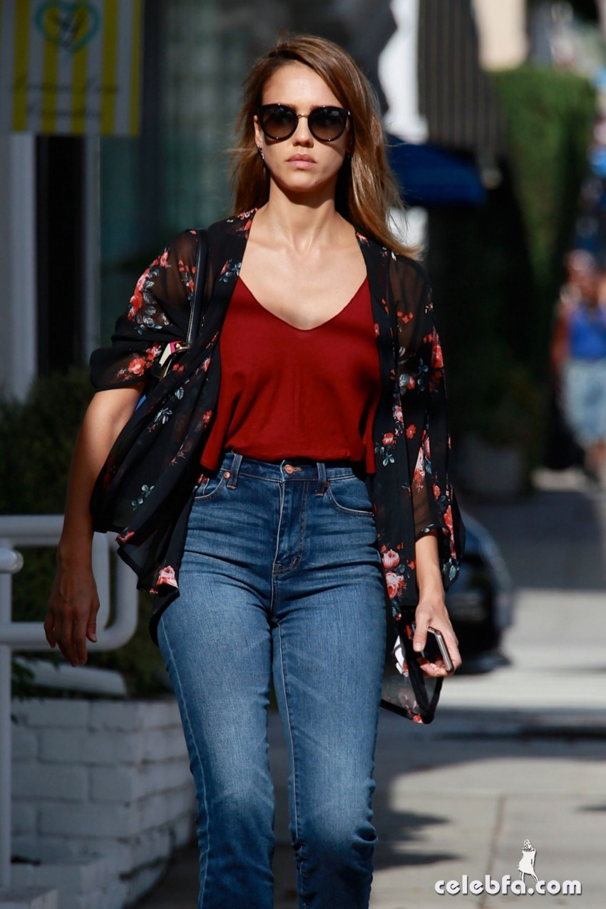 jessica-alba-in-jeans-out-and-about-in-los-angeles (1)