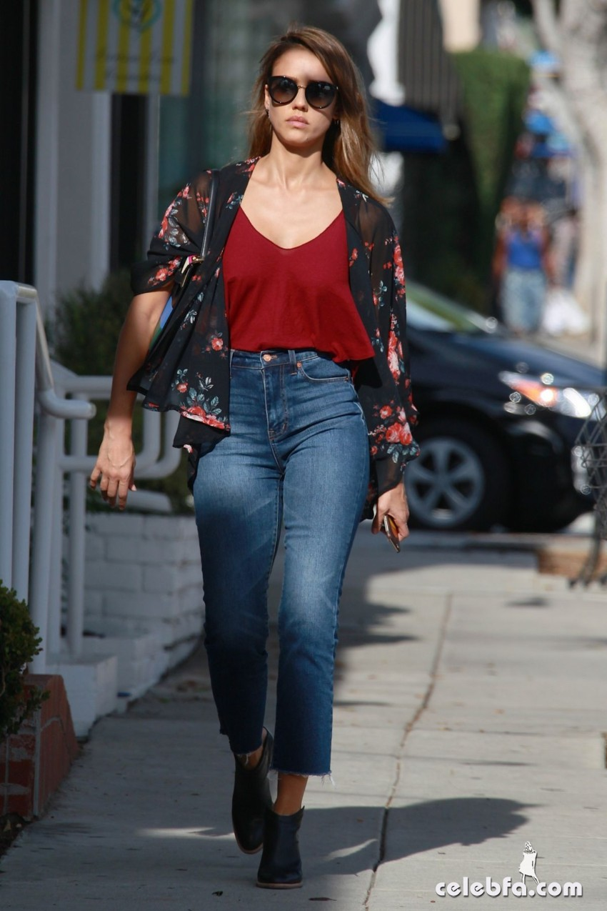 jessica-alba-in-jeans-out-and-about-in-los-angeles (10)