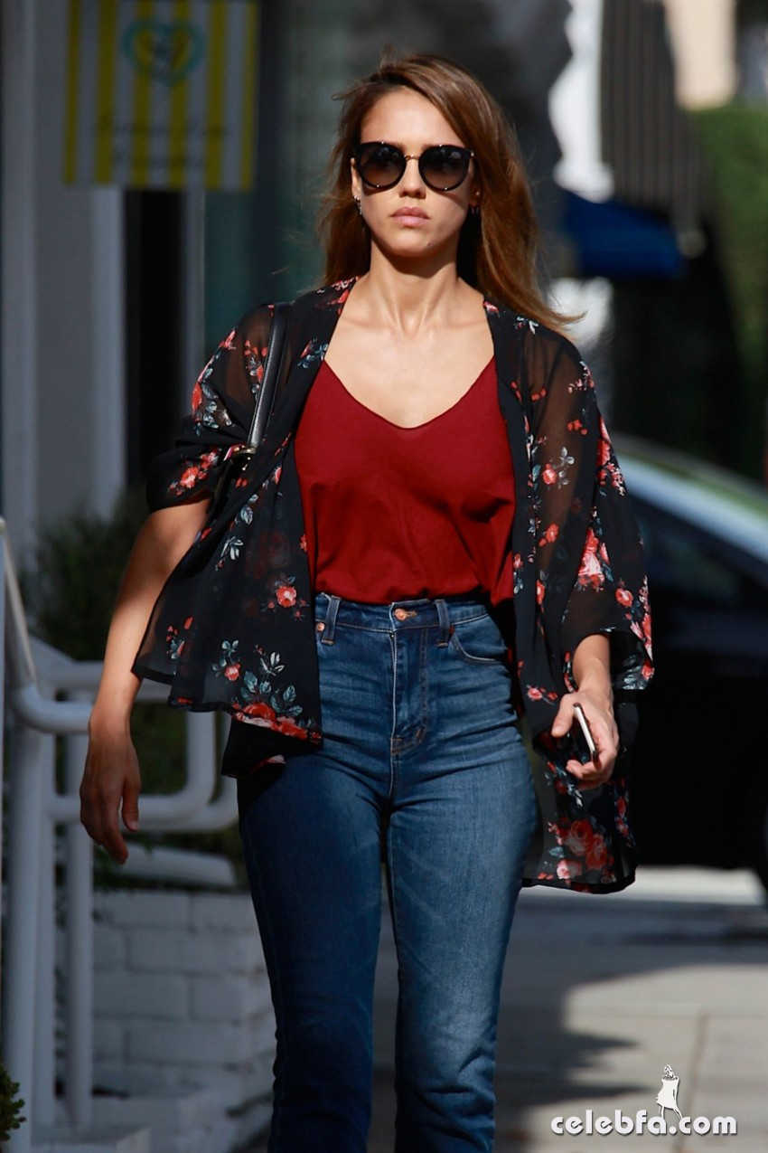 jessica-alba-in-jeans-out-and-about-in-los-angeles (2)
