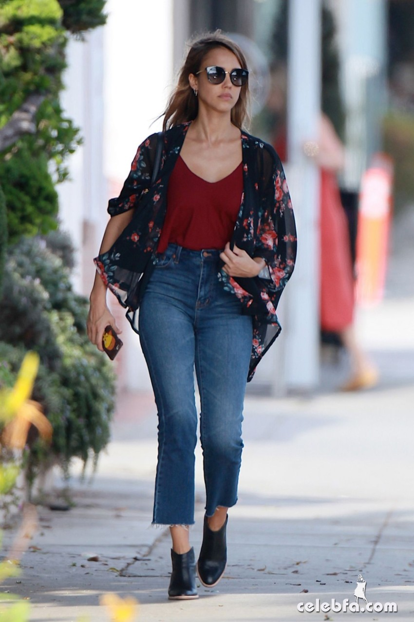 jessica-alba-in-jeans-out-and-about-in-los-angeles (4)