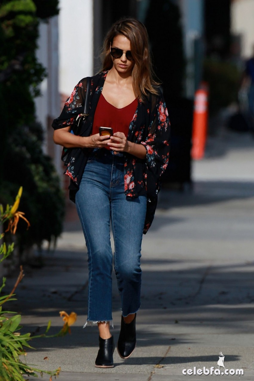 jessica-alba-in-jeans-out-and-about-in-los-angeles (5)