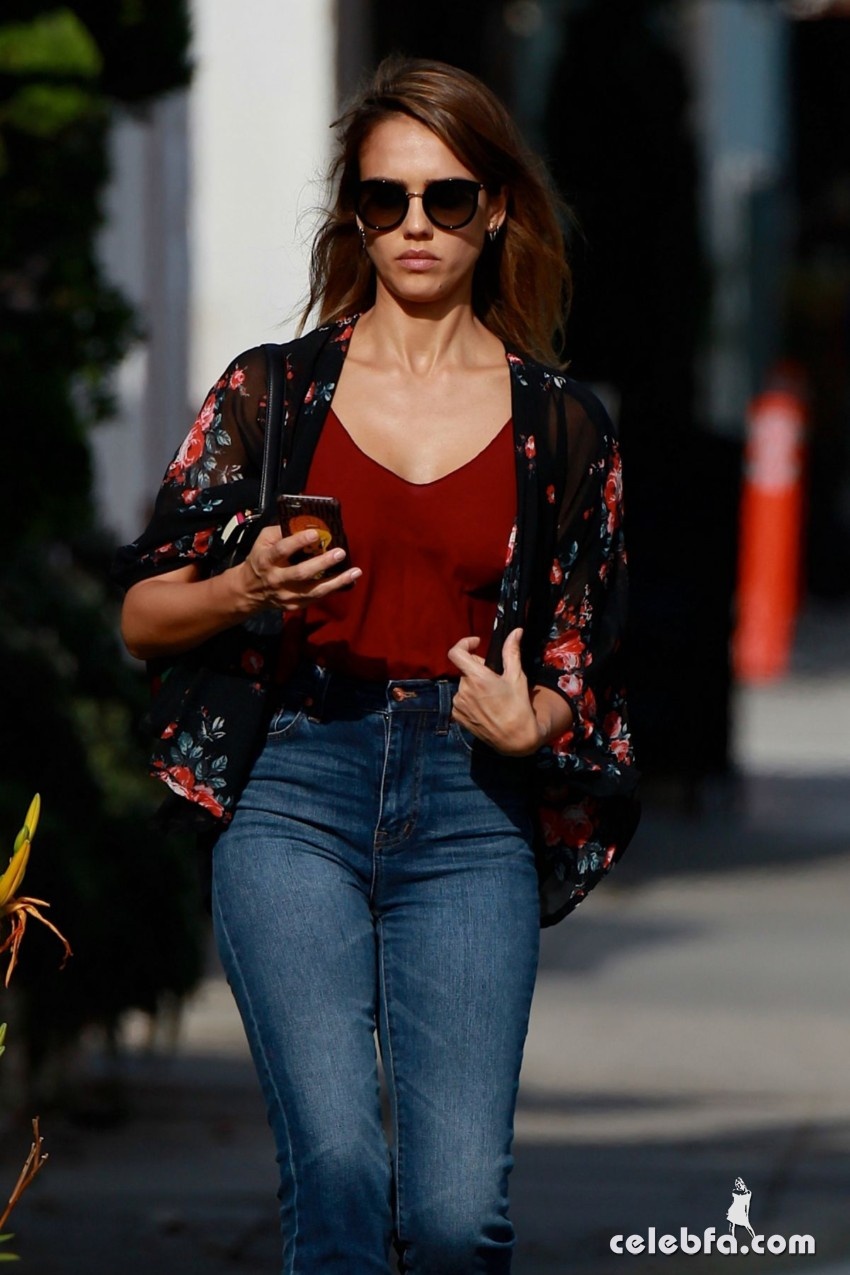 jessica-alba-in-jeans-out-and-about-in-los-angeles (6)