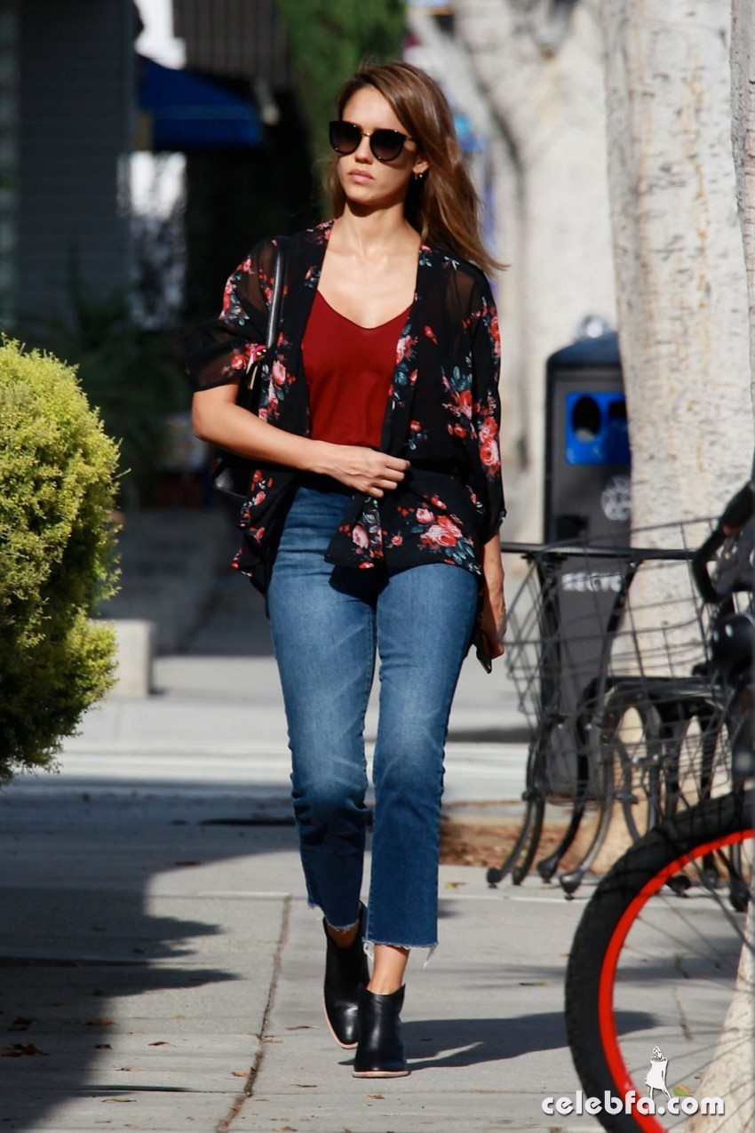 jessica-alba-in-jeans-out-and-about-in-los-angeles (7)
