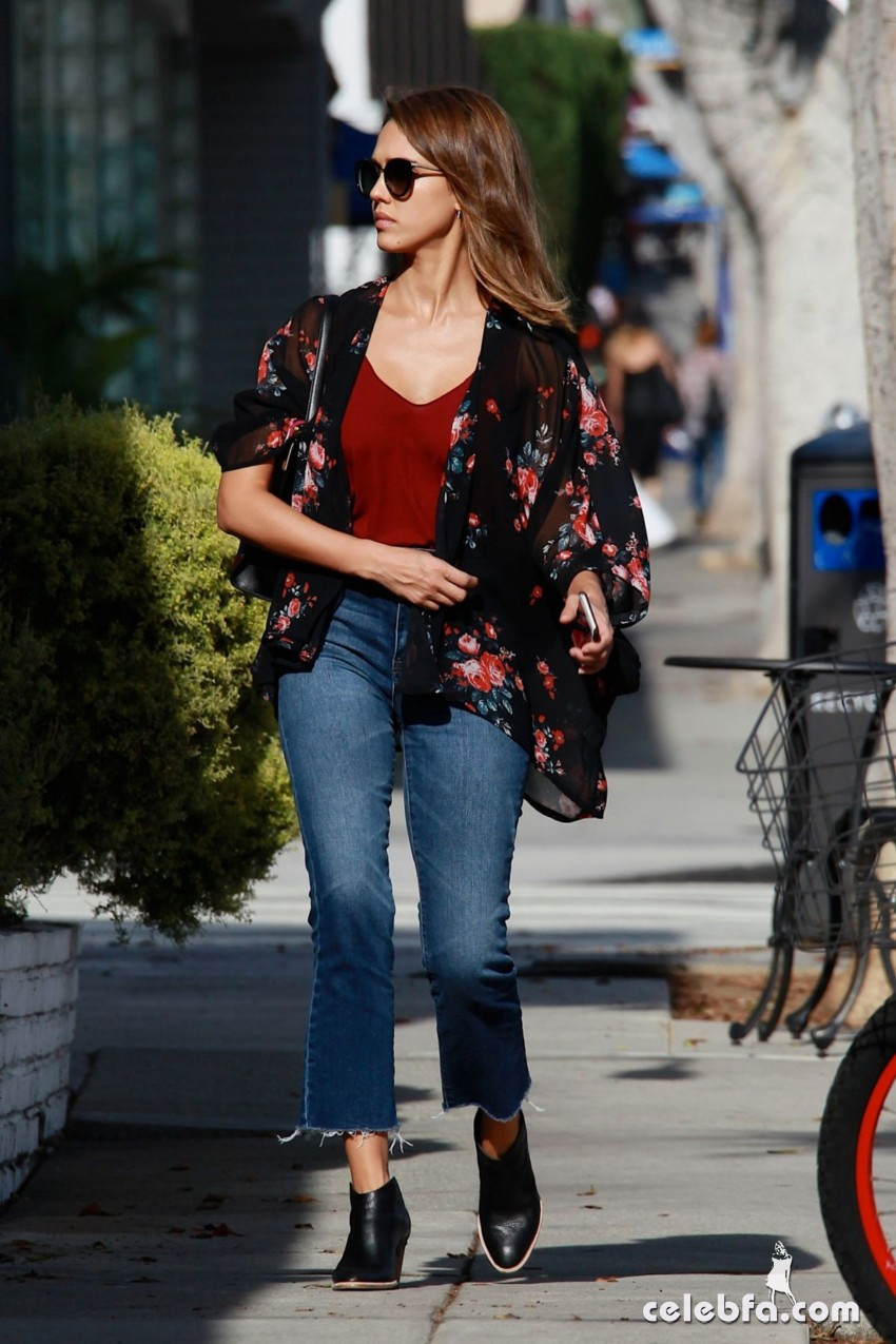 jessica-alba-in-jeans-out-and-about-in-los-angeles (8)