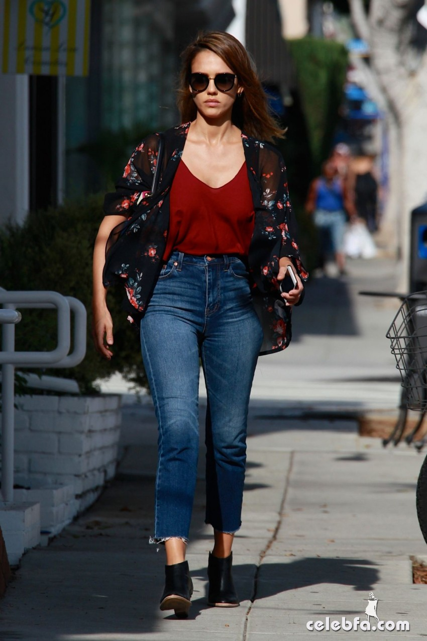 jessica-alba-in-jeans-out-and-about-in-los-angeles (9)