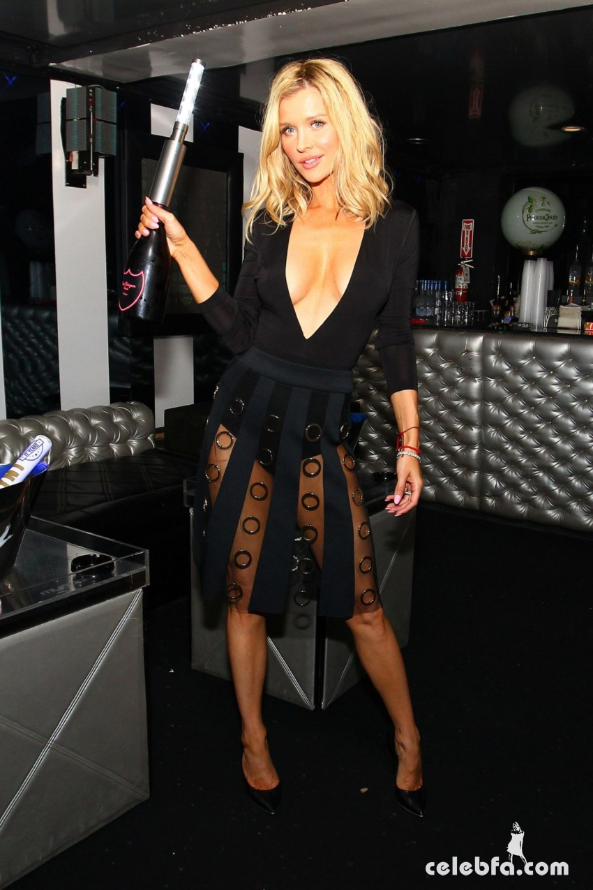 joanna-krupa-night-out-at-mynt-lounge-in-miami (5)