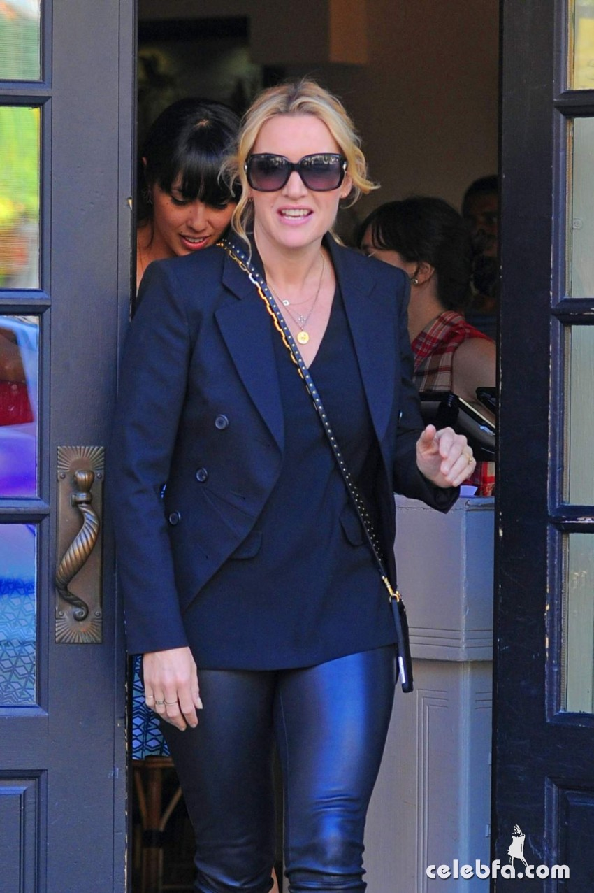 kate-winslet-out-for-lnch-at-cafe-cluny-in-west-village-in-new-york (1)