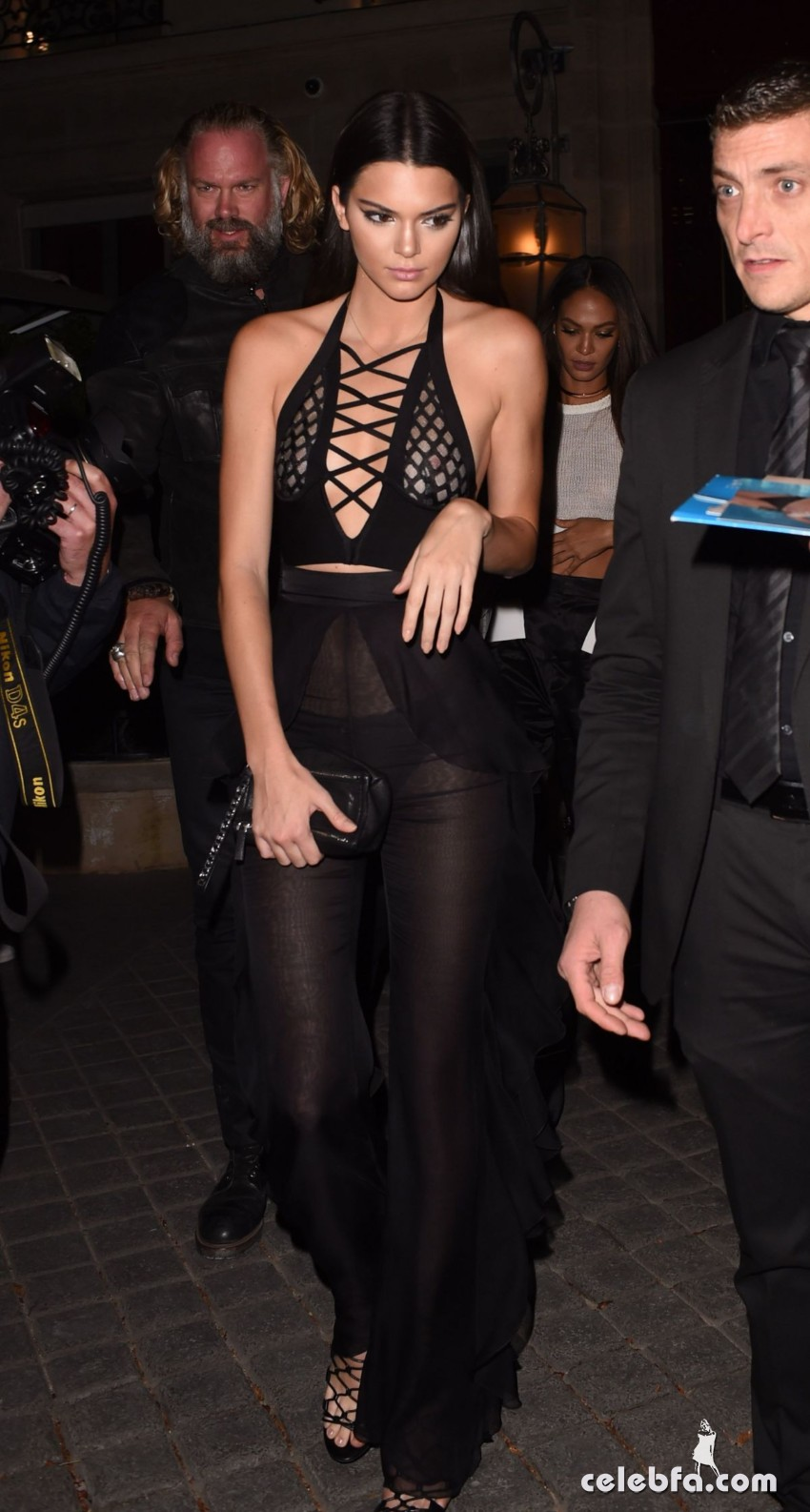 kendall-jenner-and-gigi-hadid-at-the-reserve-restaurant-in-paris (14)