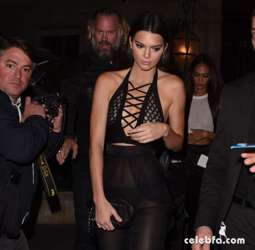 kendall-jenner-and-gigi-hadid-at-the-reserve-restaurant-in-paris (9)