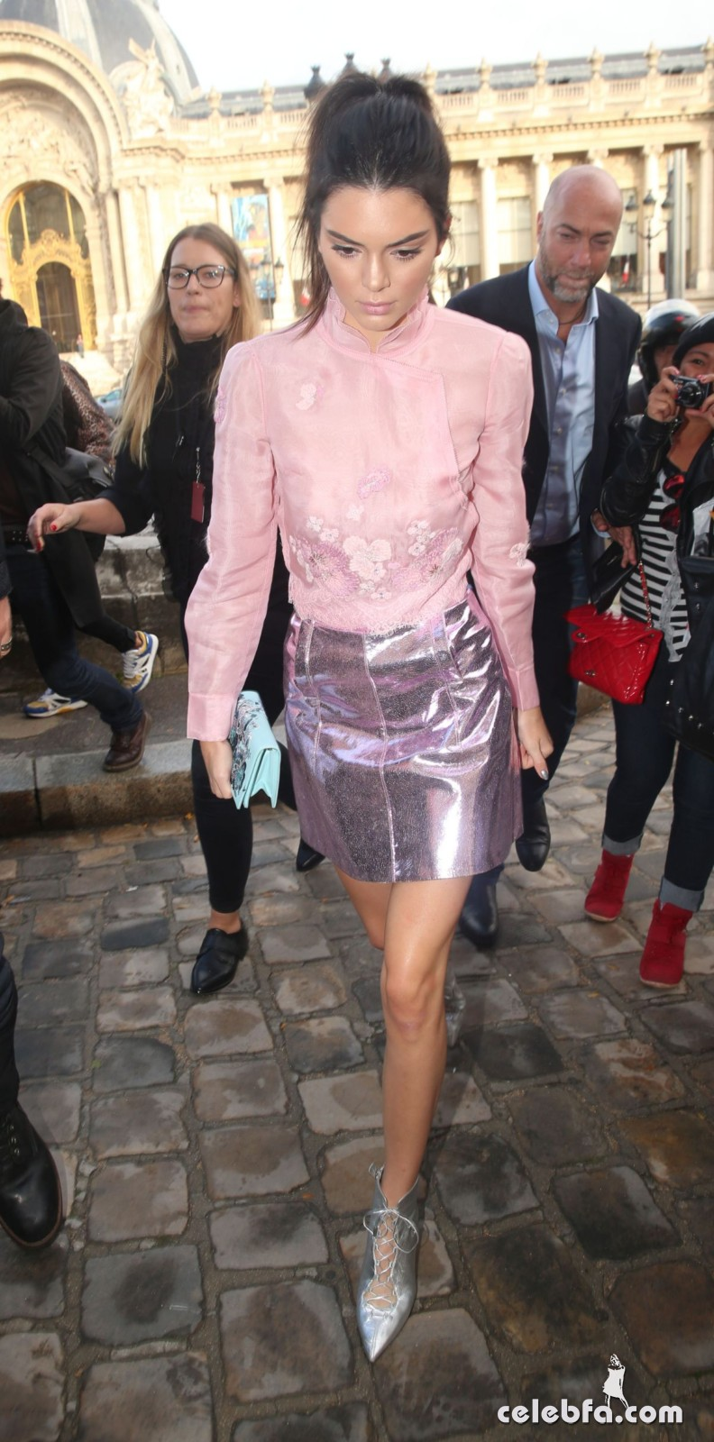 kendall-jenner-arrives-at-shiatz-chen-fashion-show-at-pars-fashion-week (6)