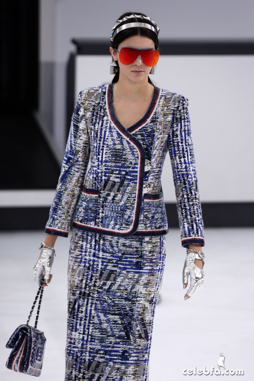 kendall-jenner-at-chanel-fashion-show-at-paris-fashion-week (1)