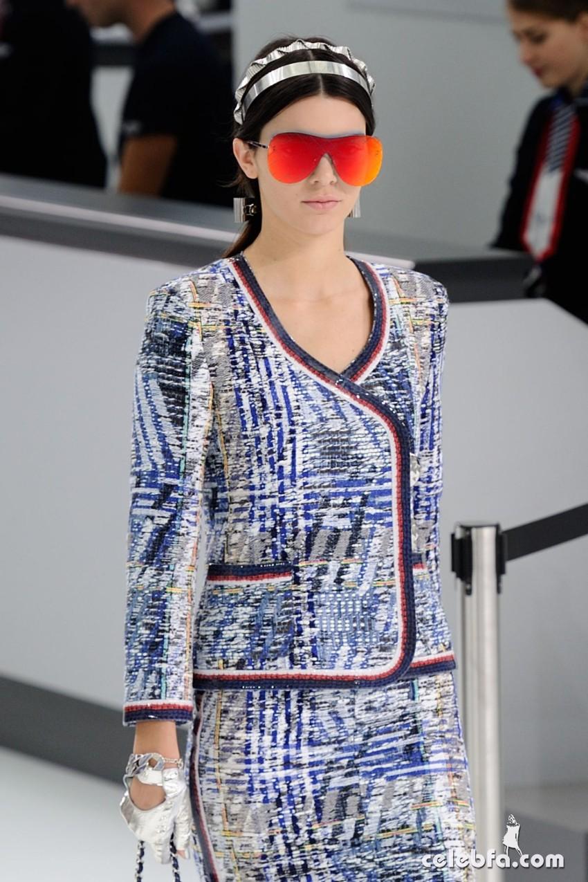 kendall-jenner-at-chanel-fashion-show-at-paris-fashion-week (3)