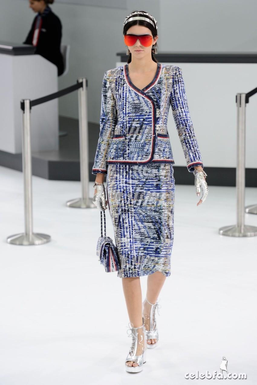 kendall-jenner-at-chanel-fashion-show-at-paris-fashion-week (4)