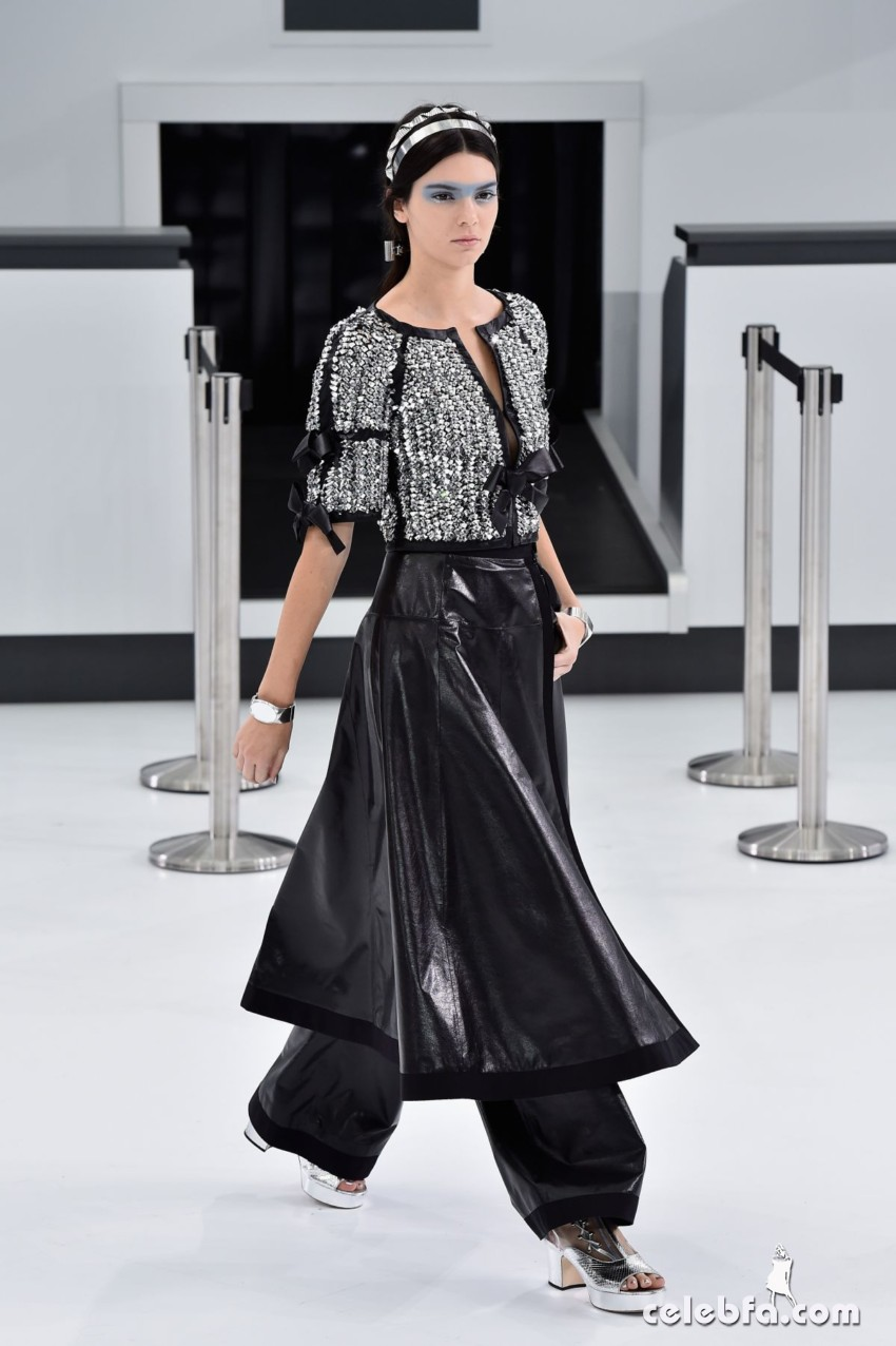 kendall-jenner-at-chanel-fashion-show-at-paris-fashion-week (5)