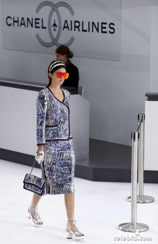 kendall-jenner-at-chanel-fashion-show-at-paris-fashion-week (6)