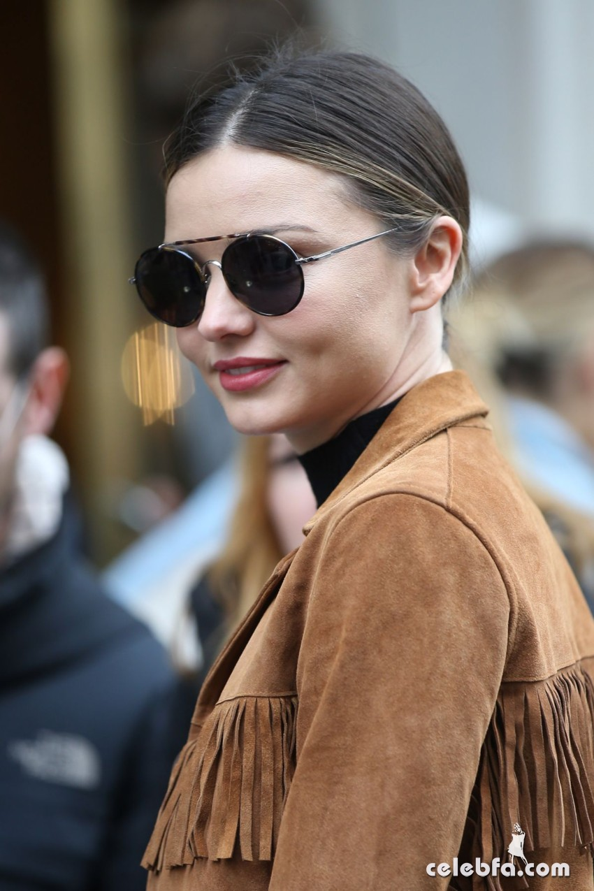 miranda-kerr-arrives-at-charles-de-gaulle-airport-in-paris (1)
