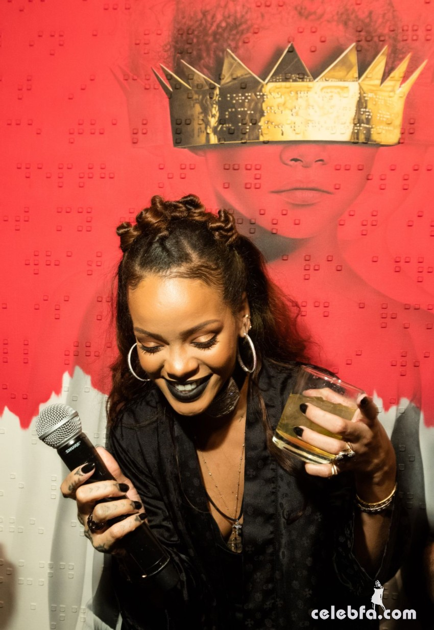 rihanna-at-8th-album-artwork-reveal-for-anti-at-mama-gallery-in-los-angeles (3)