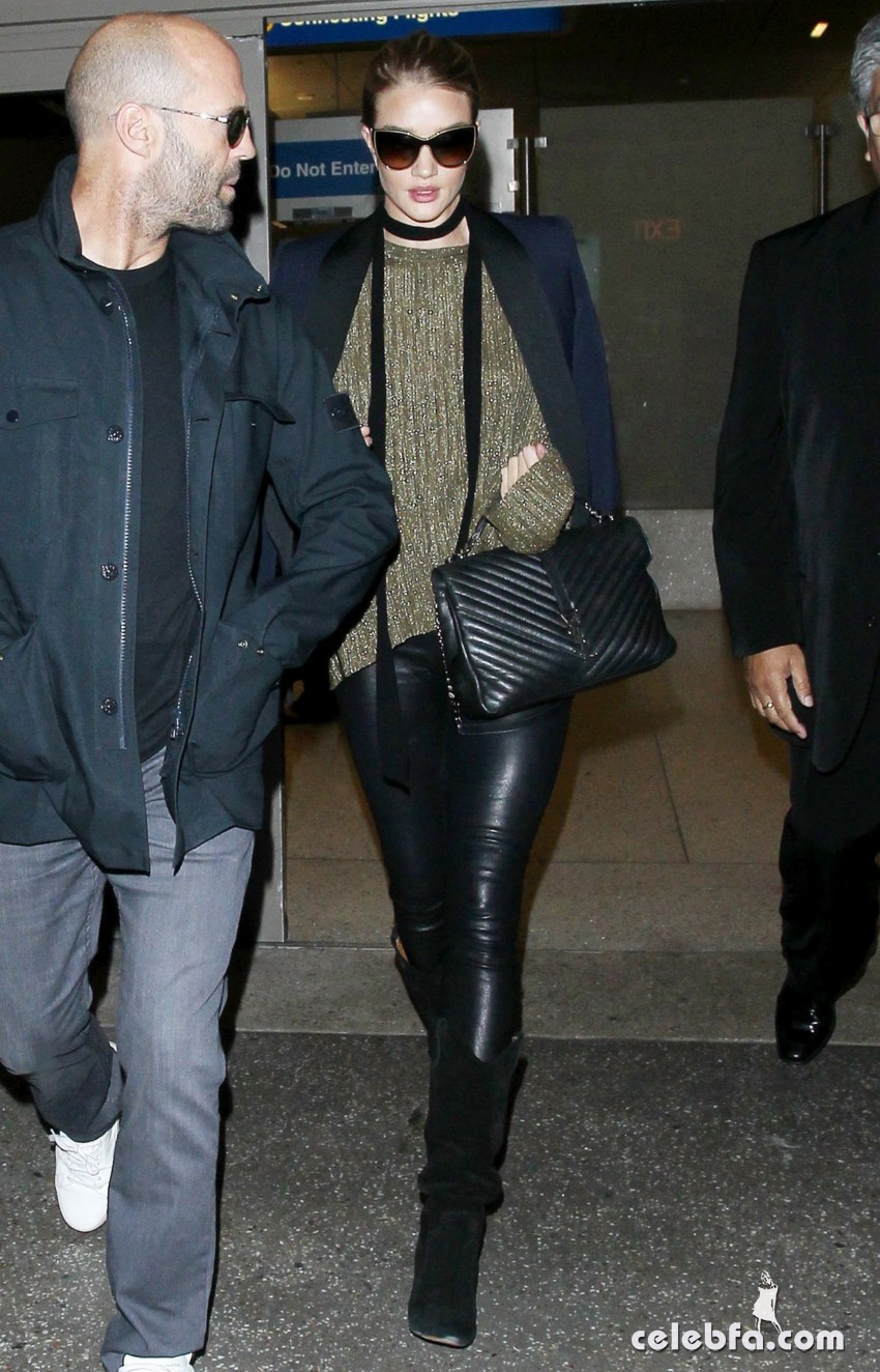 rosie-huntington-whiteley-and-jason-statham-at-los-angeles-international-airport (4)