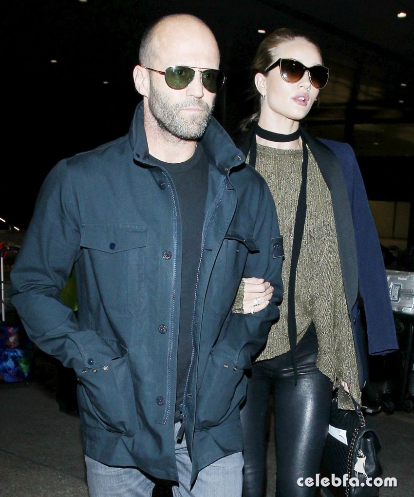 rosie-huntington-whiteley-and-jason-statham-at-los-angeles-international-airport (5)