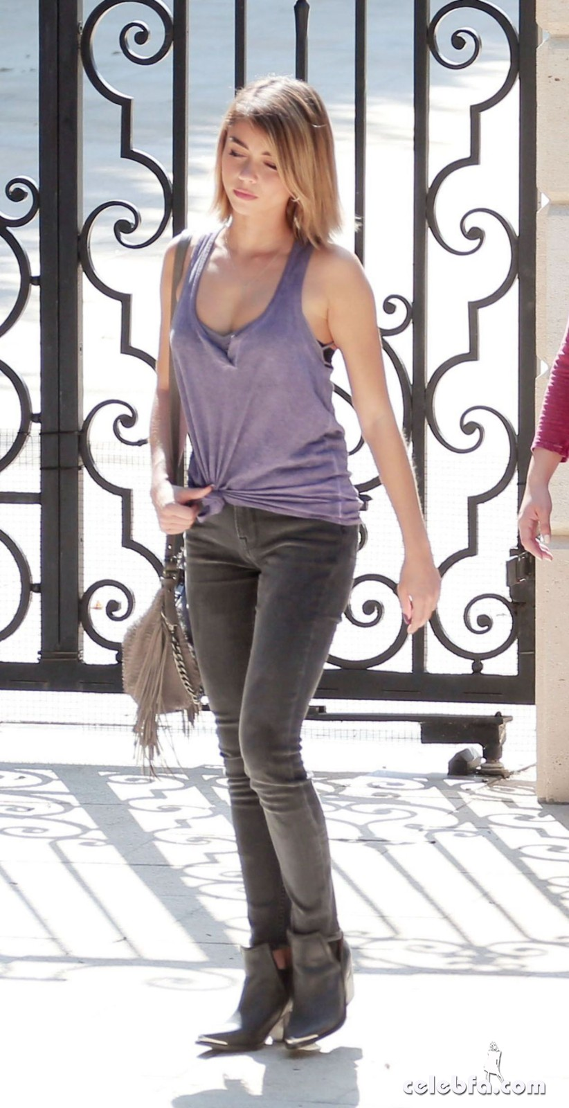 sarah-hyland-on-the-set-of-modern-family-in-los-angeles (4)