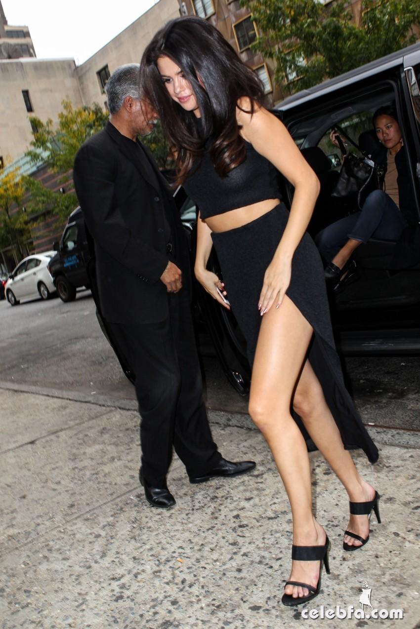 Selena Gomez Black Dress (2)