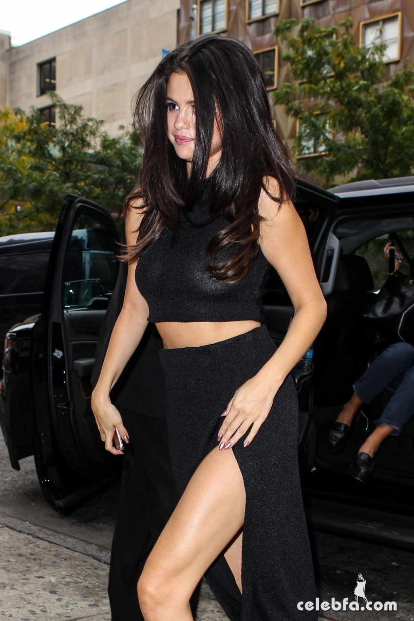 Selena Gomez Black Dress (3)