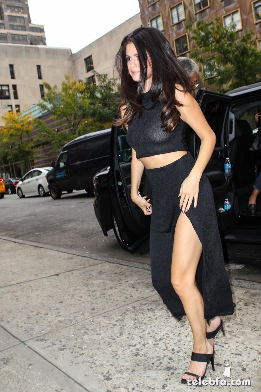Selena Gomez Black Dress (4)