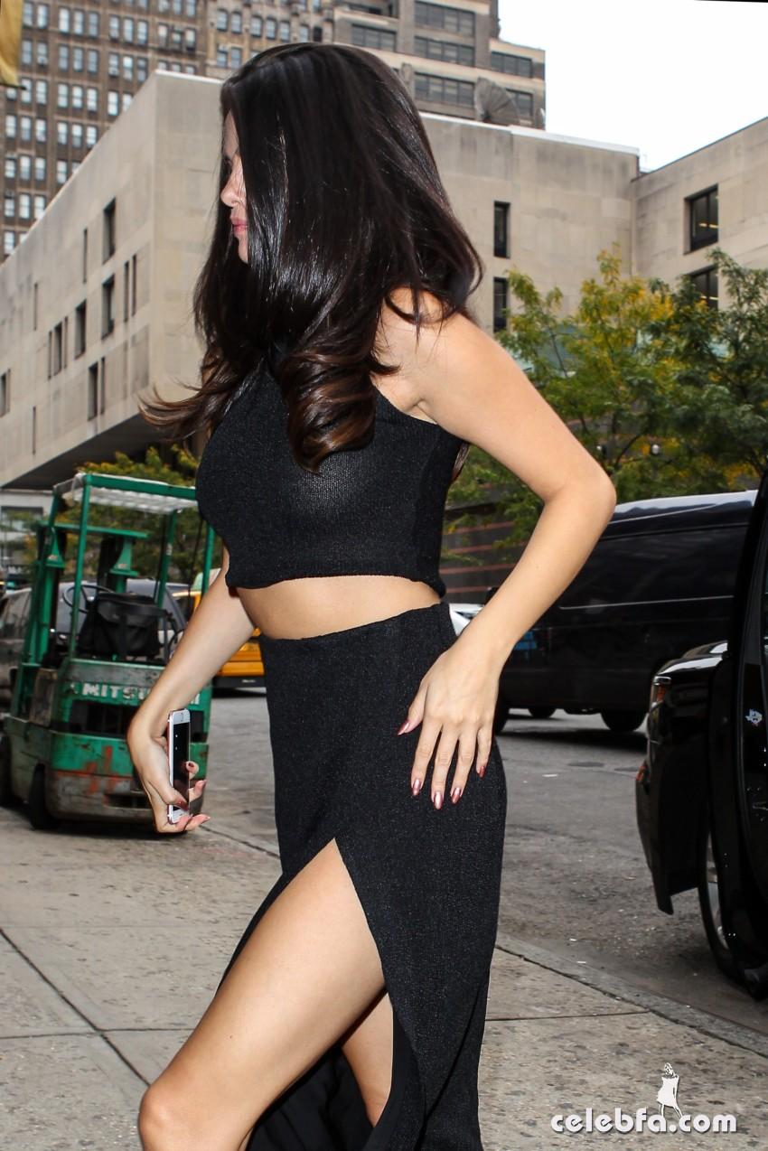 Selena Gomez Black Dress (5)