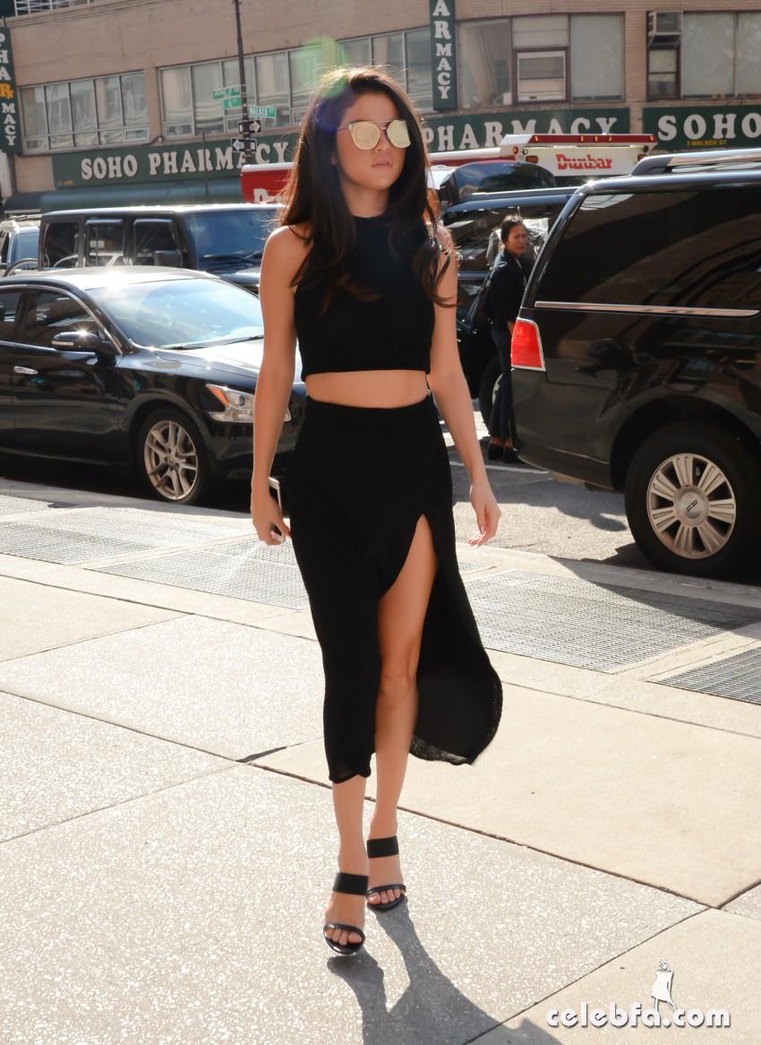 Selena Gomez Black Dress (6)