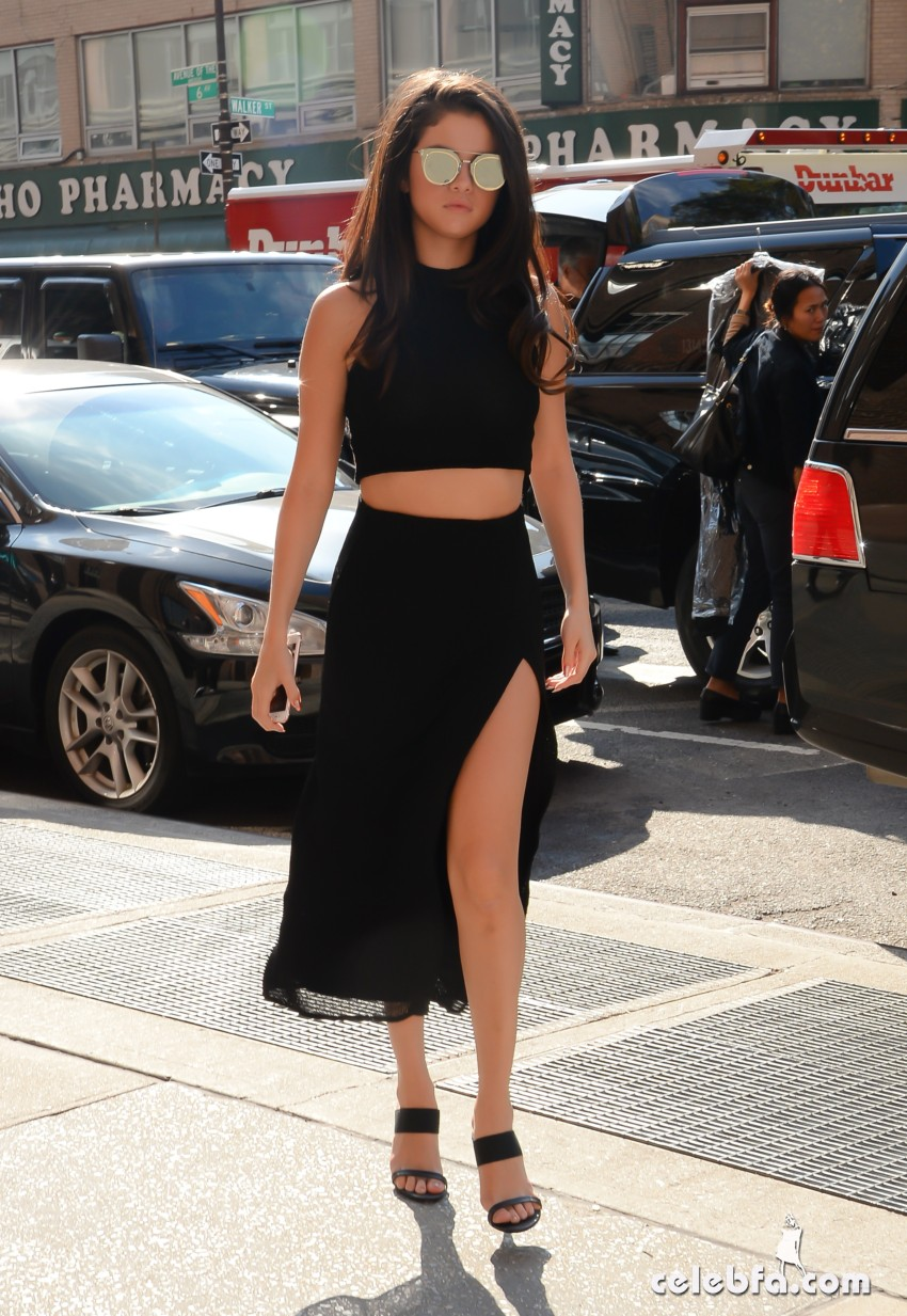Selena Gomez Black Dress (8)