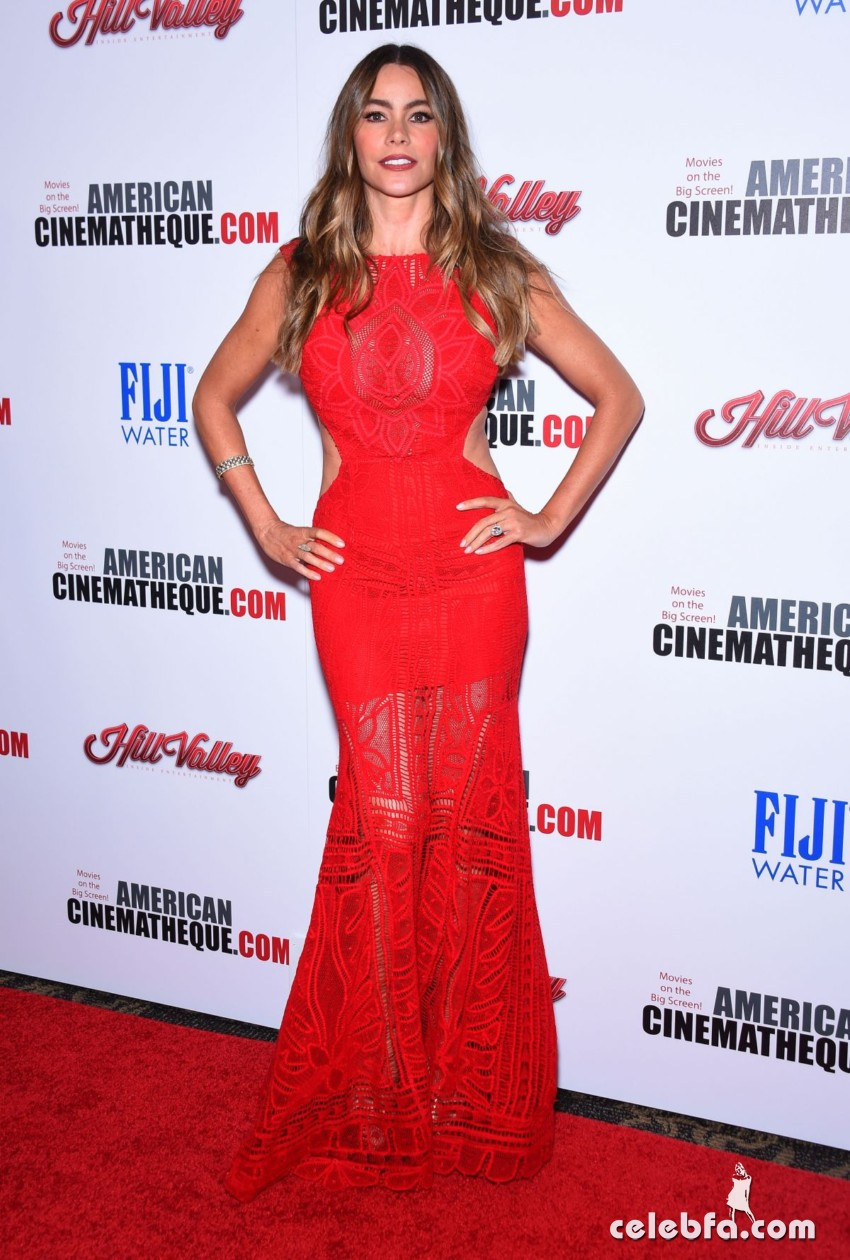 sofia-vergara-at-american-cinematheque-honors-reese-witherspoon (1)