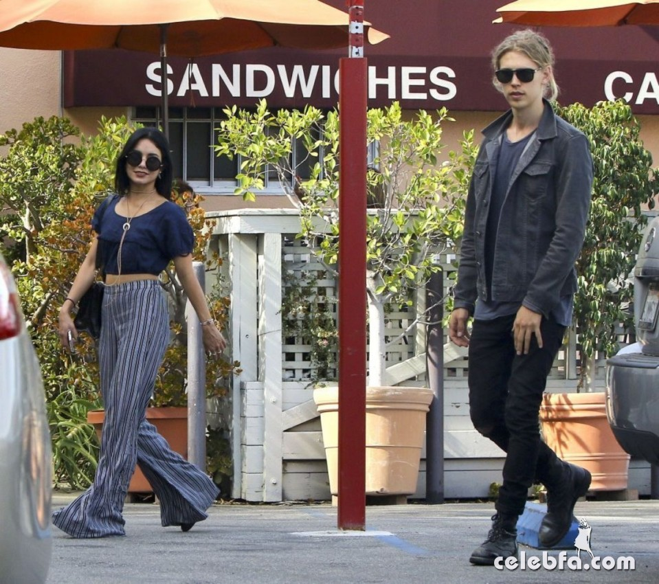 vanessa-hudgens-in-studio-city (3)