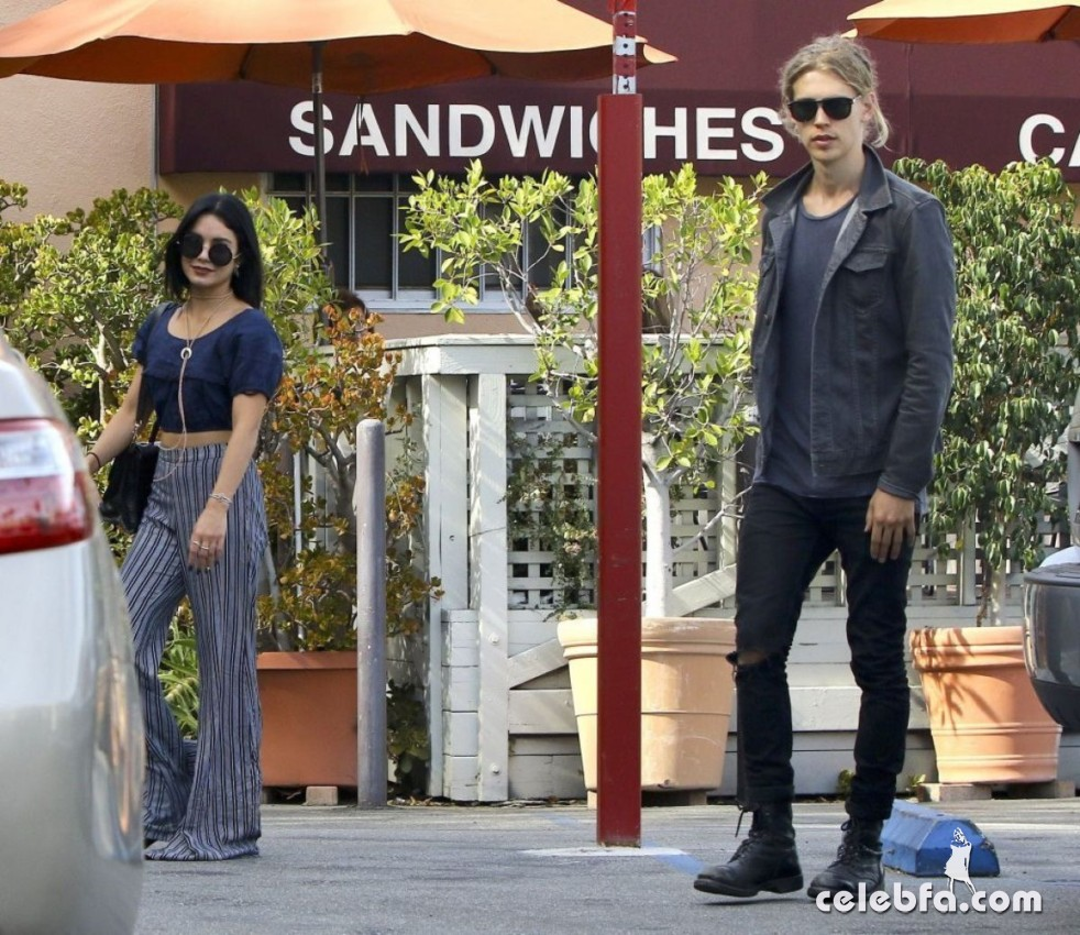 vanessa-hudgens-in-studio-city (4)