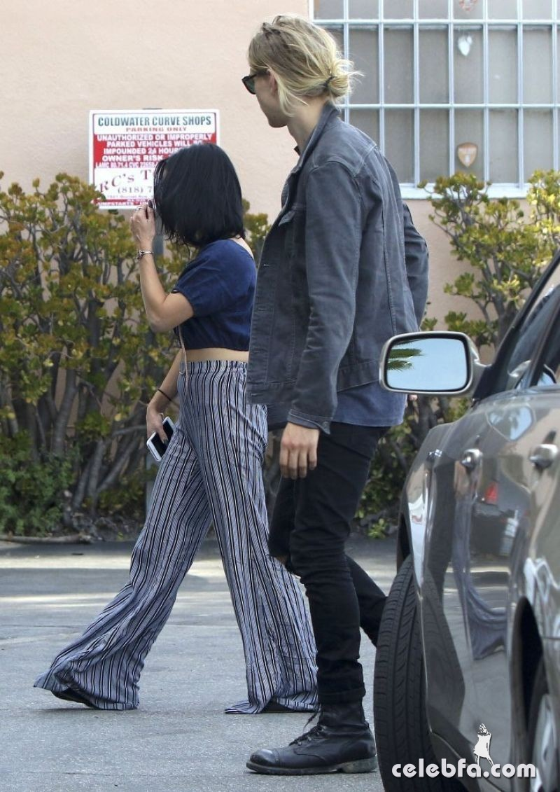 vanessa-hudgens-in-studio-city (5)