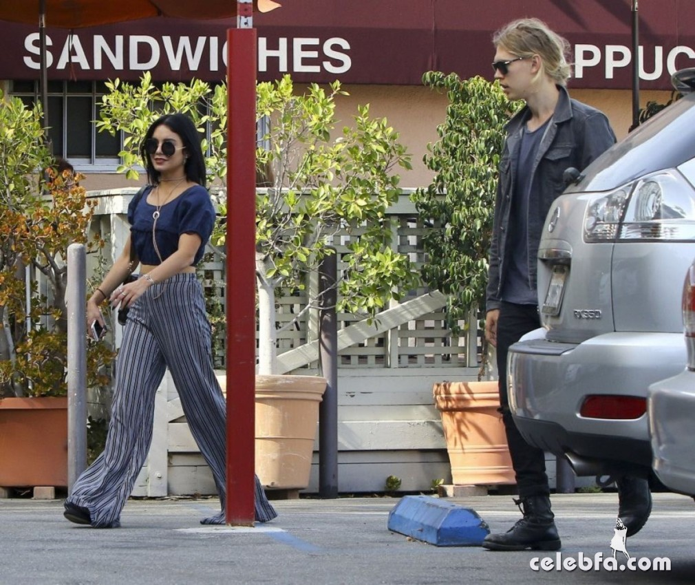 vanessa-hudgens-in-studio-city (6)
