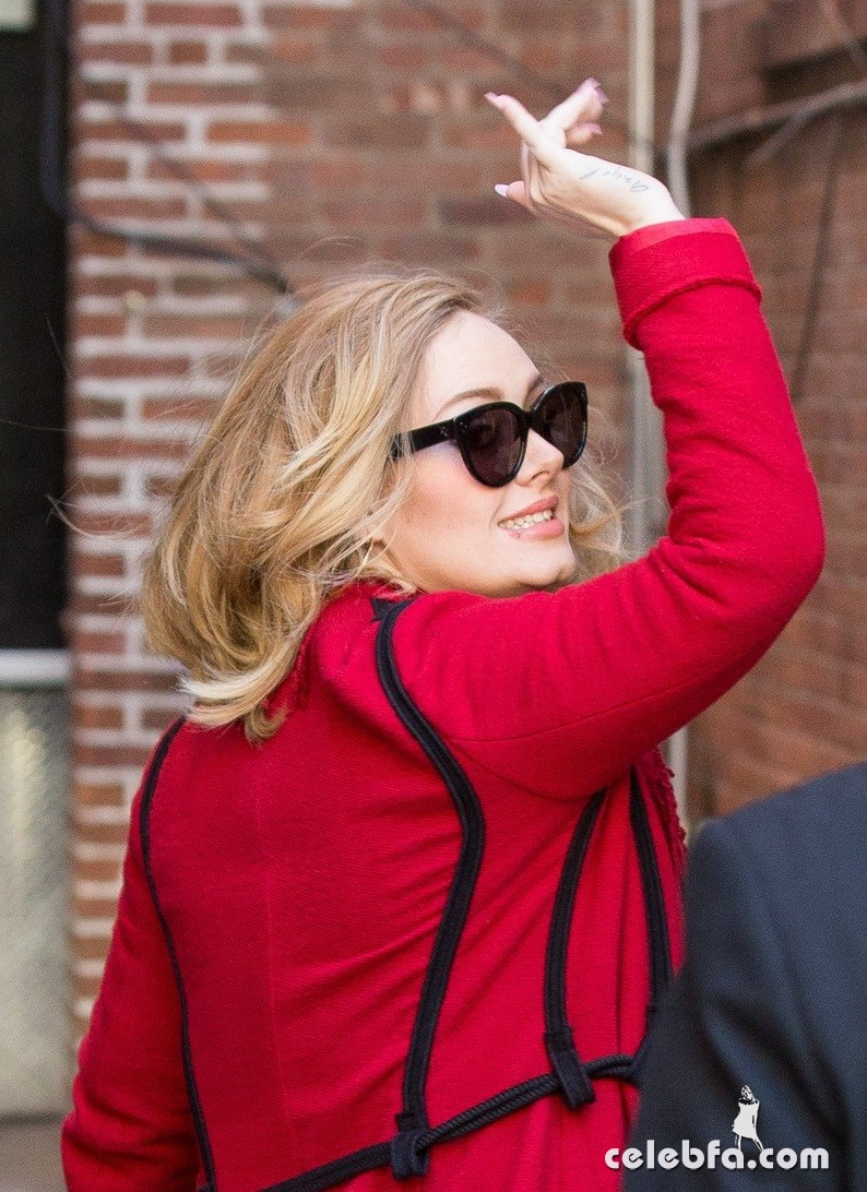 adele-looks-so-excited-to-sign-copies-of-new-album-25-02