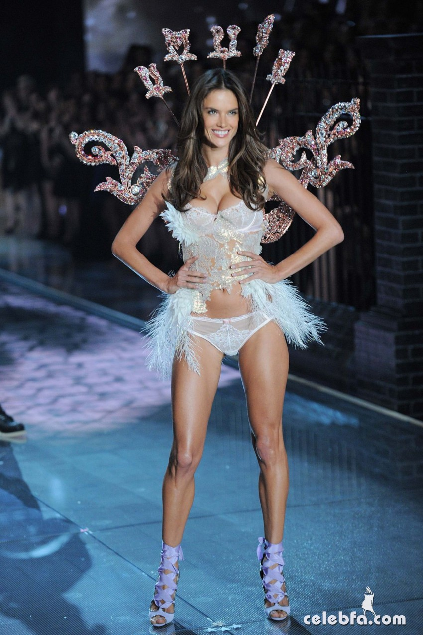 alessandra-ambrosio-at-victoria-s-secret-2015-fashion-show (1)