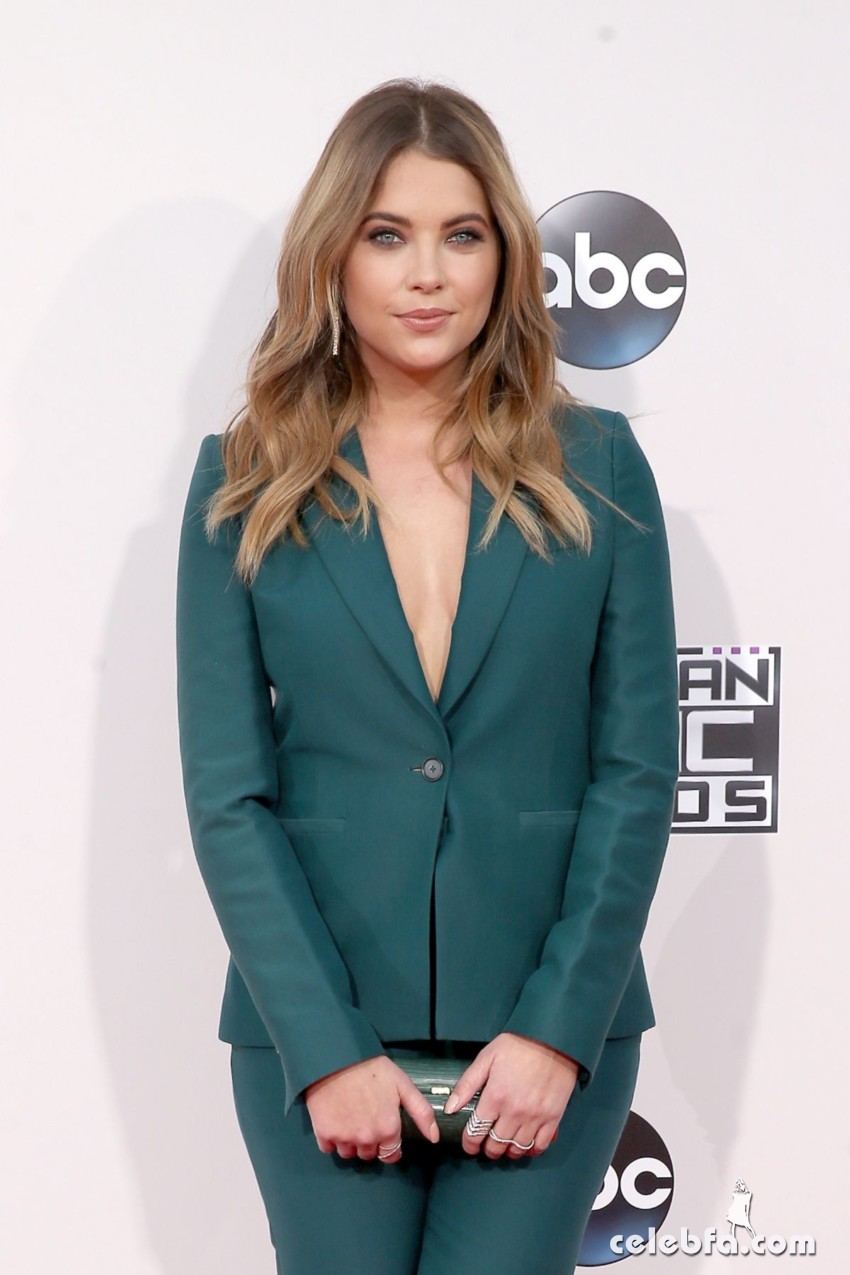 ashley-benson-at-2015-american-music-awards-in-los-angeles (1)