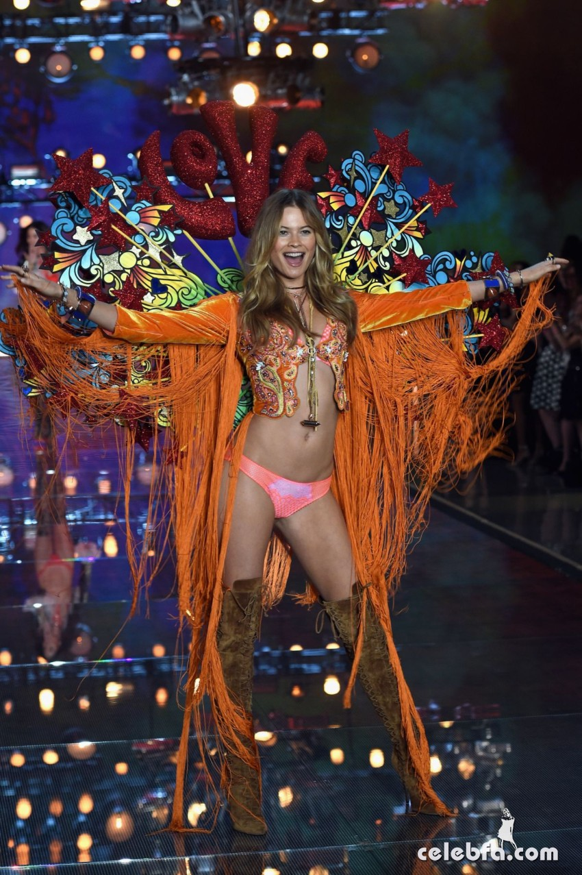 behati-prinsloo-at-victoria-s-secret-2015-fashion-show-in-new-york (1)