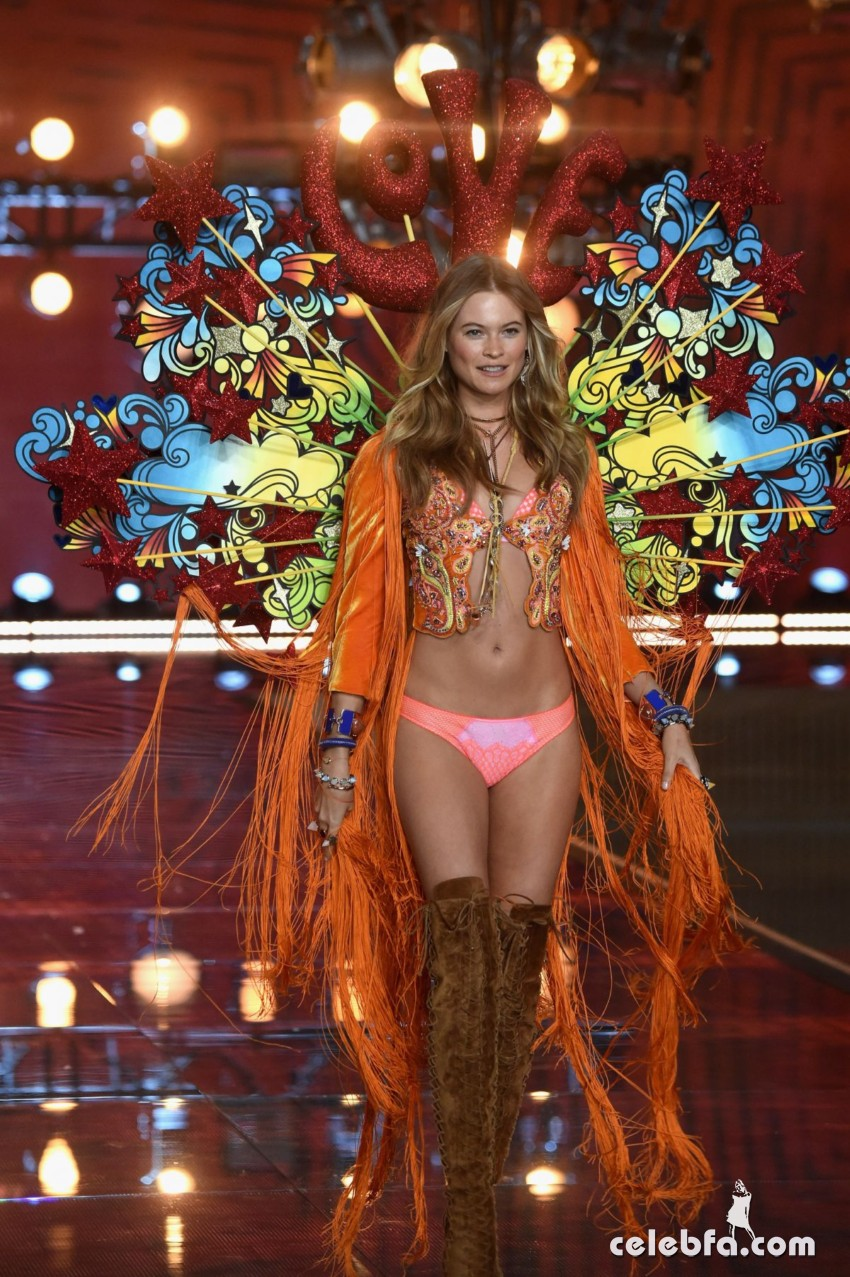 behati-prinsloo-at-victoria-s-secret-2015-fashion-show-in-new-york (4)