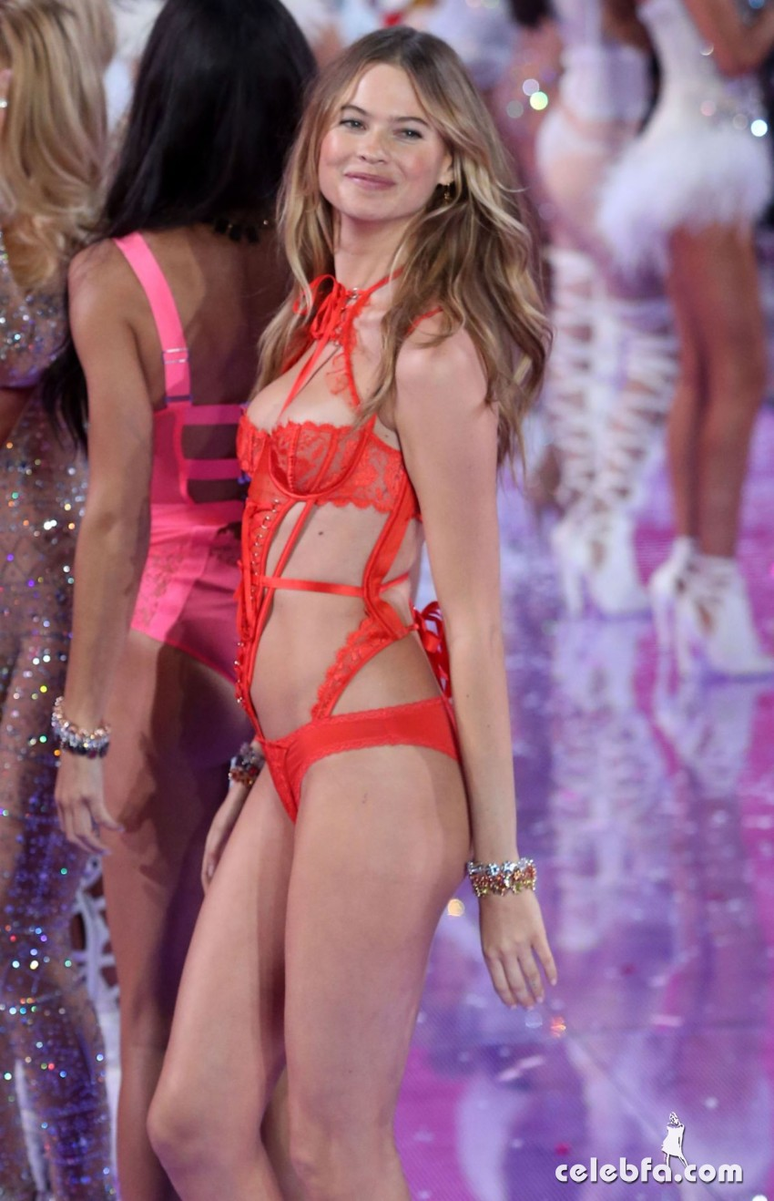 behati-prinsloo-at-victoria-s-secret-2015-fashion-show-in-new-york (5)