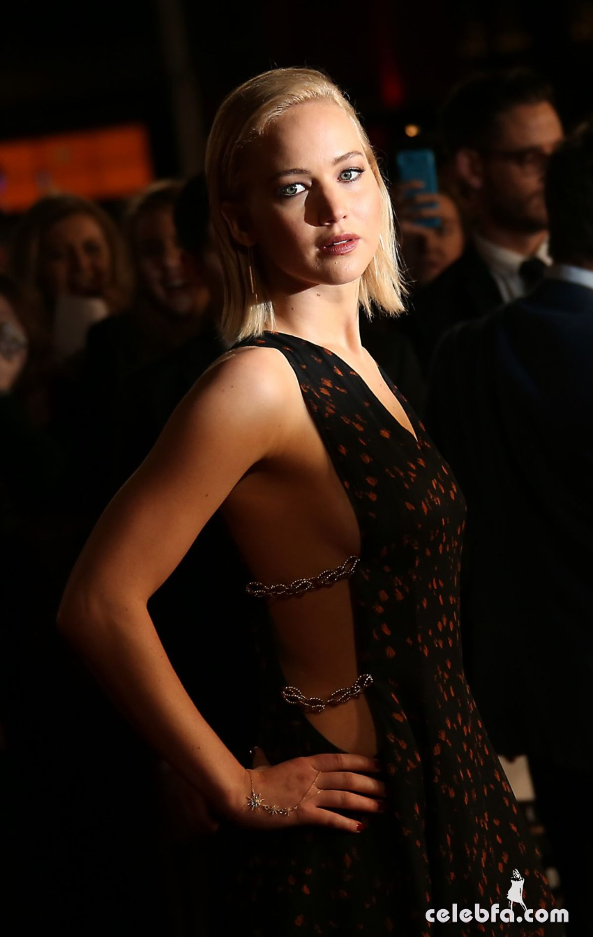 jennifer-lawrence-at-the-hunger-games-mockingjay-part-2-premiere-in-london (2)