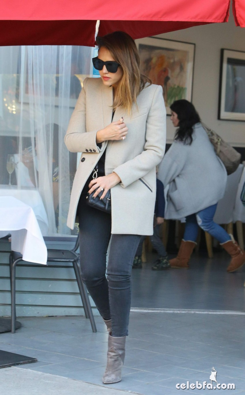 jessica-alba-leaves-a-birthday-party-at-petrossian-in-west-hollywood (2)