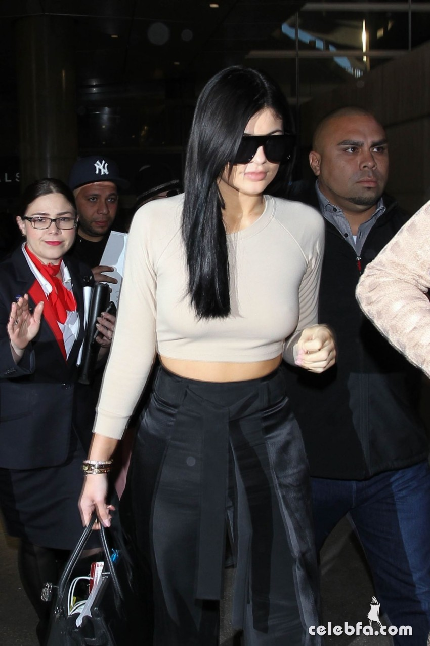 kendall-and-kylie-jeener-arrives-at-lax-airport-in-los-angeles (2)