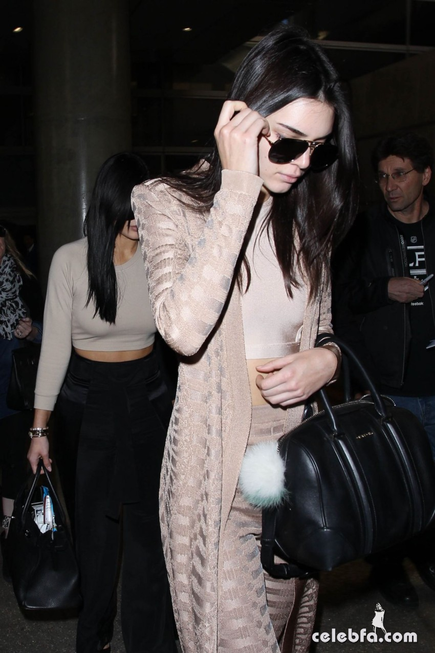 kendall-and-kylie-jeener-arrives-at-lax-airport-in-los-angeles (3)