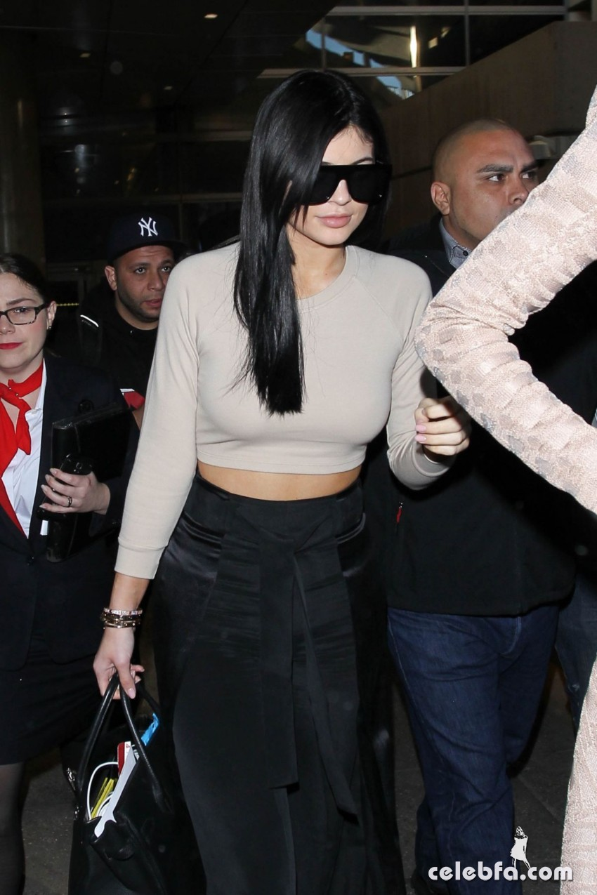 kendall-and-kylie-jeener-arrives-at-lax-airport-in-los-angeles (4)